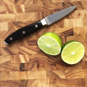 cắt đôi trái chanh vắt nước