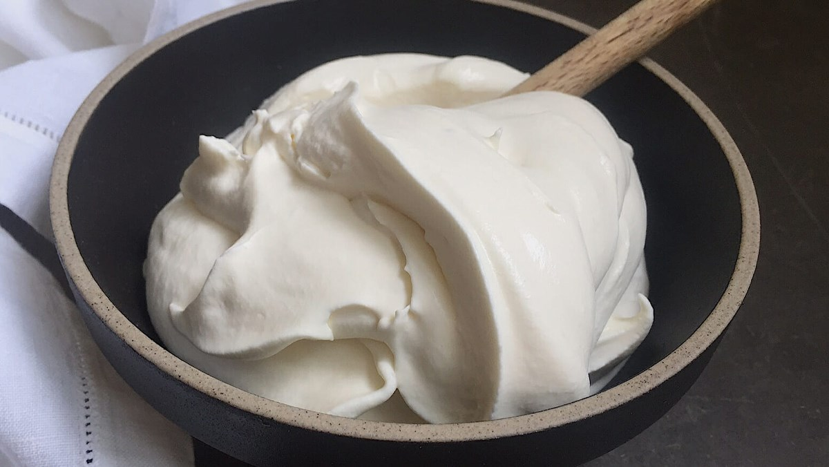 Cách đánh bông kem tươi chuẩn bông xốp mềm mịn đơn giản tại nhà